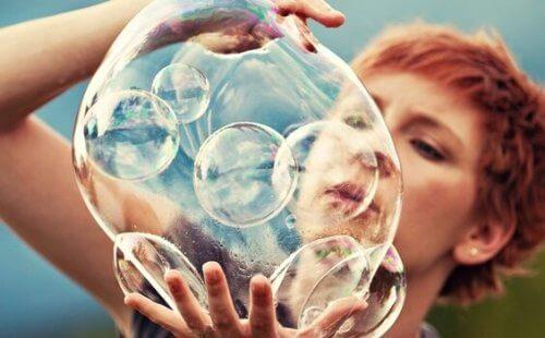Frau mit Seifenblasen in den Händen
