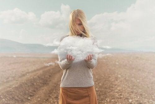 Frau mit Wolke in der Hand