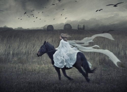 Frau reitet auf einem Pferd