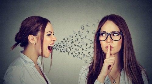 Eine Frau schreit eine andere Frau an.