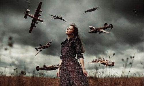 Frau umgeben von Flugzeugen