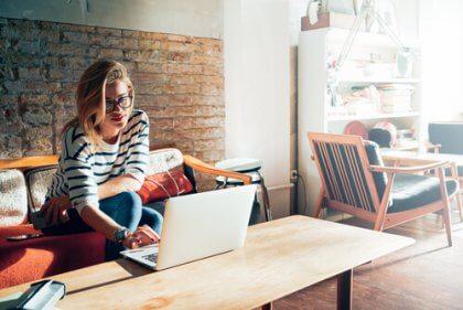 Eine Frau bereitet sich am heimischen Computer auf ein Vorstellungsgespräch vor.