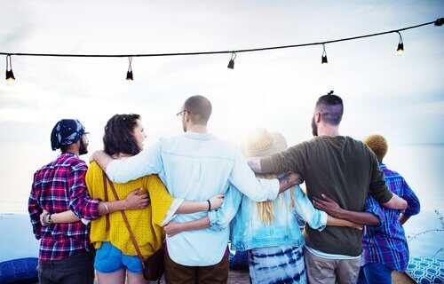 Freunde, die sich umarmen und glücklich sind