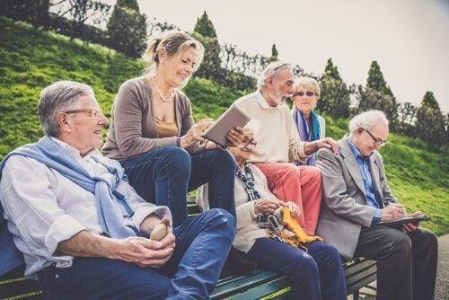 Gruppe älterer Menschen an frischer Luft