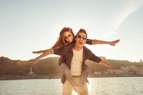 Ein glückliches Paar hat Spaß.