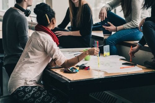 Eine Gruppe von Studierenden sitzt zusammen und redet miteinander.