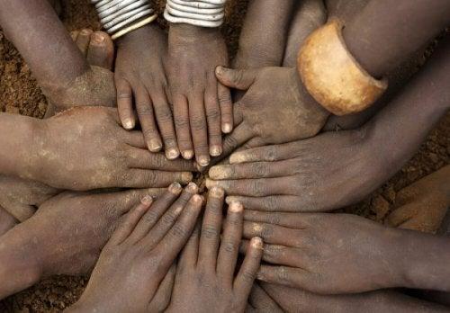 Viele Hände berühren sich in der Mitte.