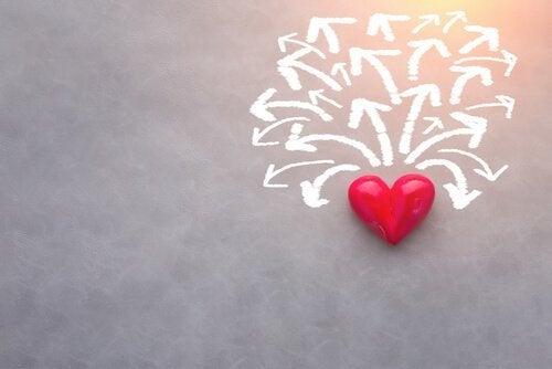 Ein rotes Herz ist von vielen Pfeilen umgeben.