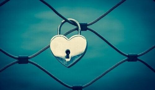 Ein Herzschloss hängt am Zaun.