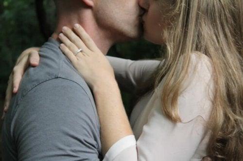 Eine zärtliche Umarmung und ein inniger Kuss