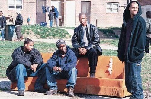 Eine jugendliche Gang, die in Baltimore auf einer Couch vor einem Haus sitzt