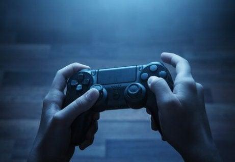 Jugendlicher spielt mit einem Controller.