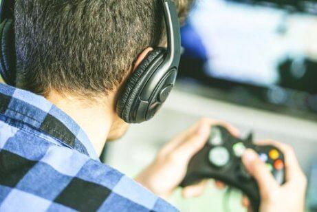 Jugendlicher spielt Videospiele.