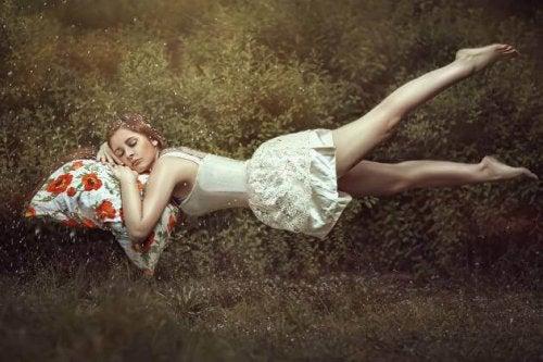 Ein junges Mädchen schwebt, während es schläft.