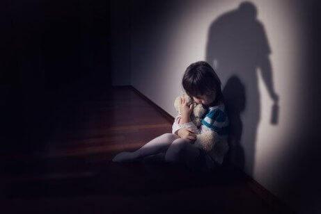 Kleines Mädchen hat Angst vor seinem alkoholisiertem Vater.