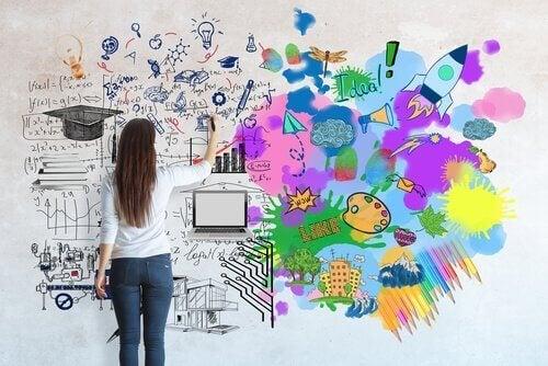 Frau vor einer Wand voller Ideen