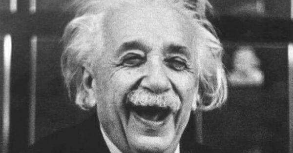 Einstein lacht.