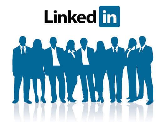 Umrisse von Arbeitnehmerinnen und Arbeitnehmer, über denen das LinkedIn-Logo schwebt