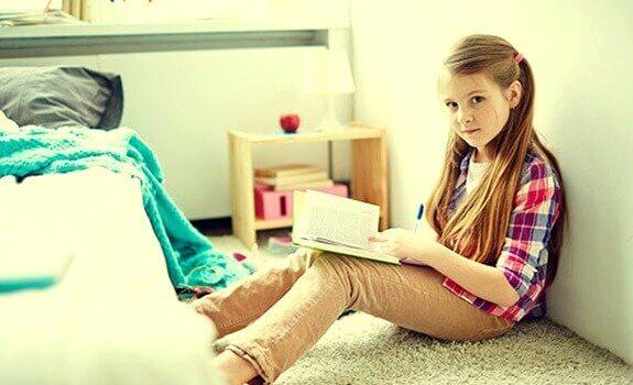 Mädchen, das in seinem Zimmer liest