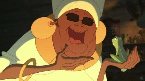 """Mama Odie, eine Figur aus """"Küss den Frosch"""", die einen verzauberten Frosch auf ihrer Hand hält"""