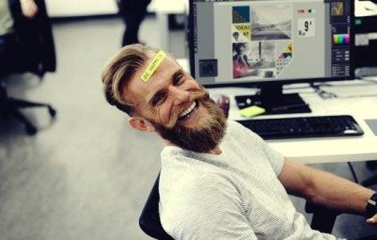 Ein Mann im Büro macht Späße.