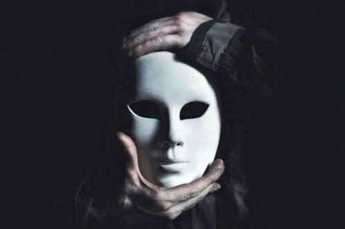 Maske, die Böses versteckt: D-Faktor