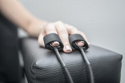 Eine Hand wird zur polygraphischen Untersuchung genutzt.