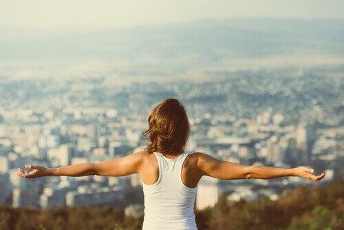 Motivierte Frau vor einer Stadt