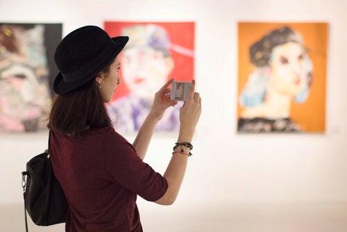 Eine Besucherin im Museum macht Fotos von Kunstwerken.
