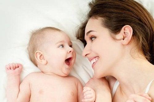 Vollzeitmutter und Kind lachen