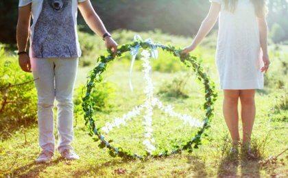 Ein natürliches Peace-Zeichen, von zwei Händen gehalten