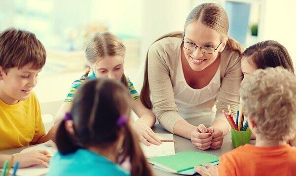 Lehrerin mit ihren Schülern