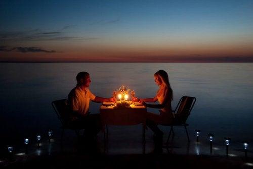 Ein romantischer Moment in einer Beziehung, ein Dinner am Strand