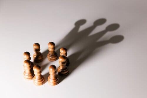 Schachfiguren, die in einem Kreis angeordnet sind und eine Gruppe bilden