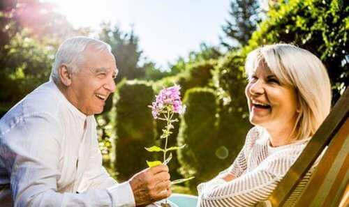Senior schenkt Seniorin eine Blume