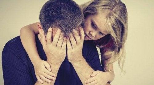 Tochter tröstet Vater