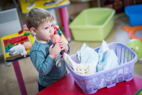 Ein Junge, der mit Puppen spielt