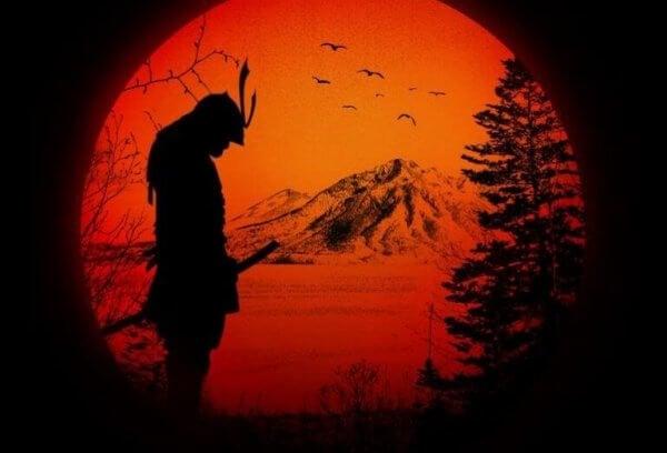 Der Umriss eines Samurai vor einem Berg
