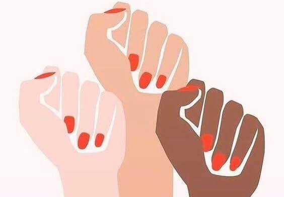 Hände, zu Fäusten geballt, recken sich in die Luft.