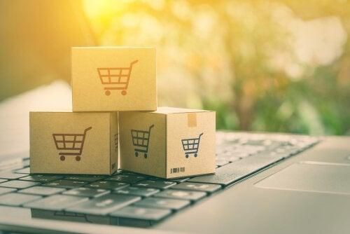 Päckchen als Symbole für Onlinekauf