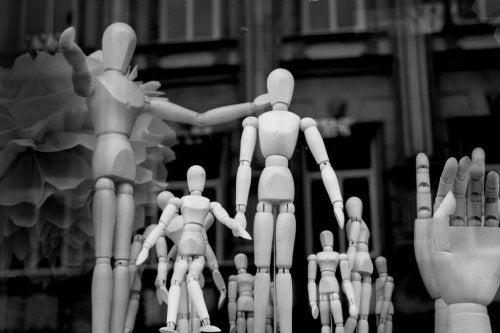Modellpuppen, aufgestellt in einer Gruppe, die man zum Zeichnen benutzt
