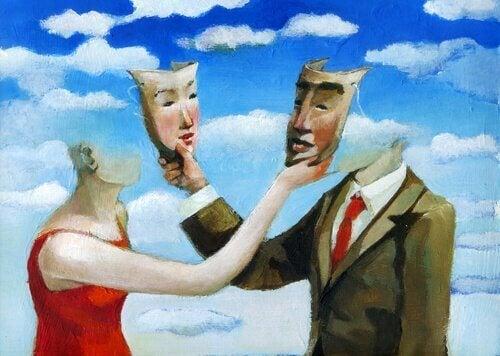 Paar nimmt sich gegenseitig die Masken ab