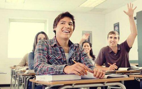 Schüler, die im Unterricht aufpassen.