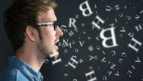 Aphasie - Mann vor vielen Buchstaben