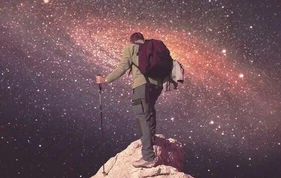 Mann erklimmt einen Berg