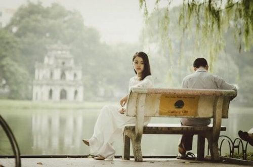Je nach Bindungsstil zeigt sich unangepasstes Verhalten bei jungen Paaren.