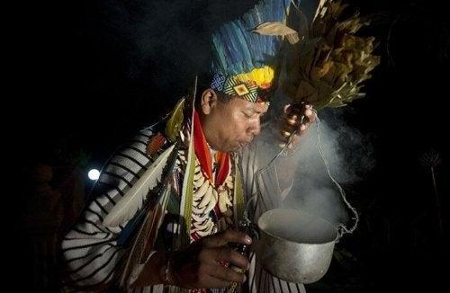 Ein Mann führt ein Ritual zur Behandlung von Susto durch
