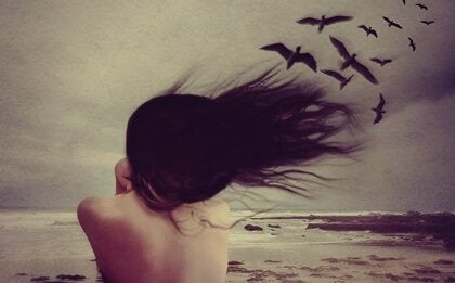 Frau, aus deren Haaren Vögel fliegen