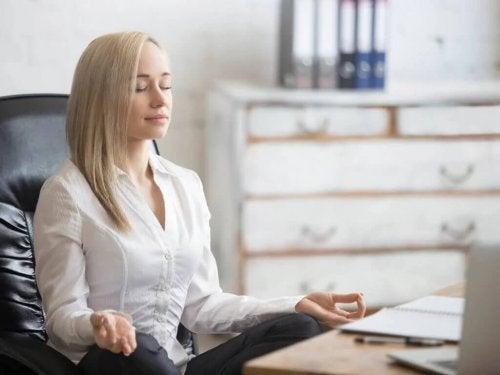 Frau meditiert auf der Arbeit