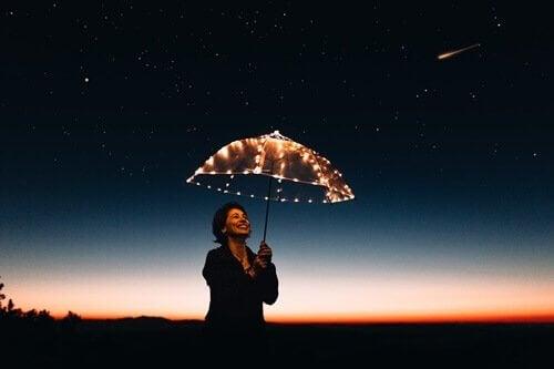 Frau, die einen beleuchteten Schirm hält